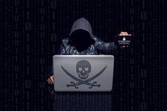 Le pirate informatique anonyme trouve le mot de passe sur le mobile photos stock