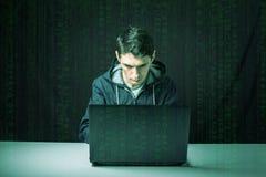 Le pirate informatique dans l'obscurité casse l'accès pour voler l'information photographie stock