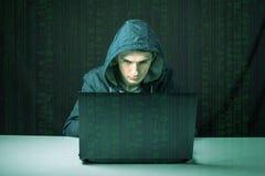 Le pirate informatique dans l'obscurité casse l'accès pour voler l'information photo stock