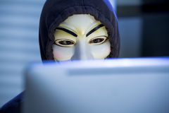 Le pirate informatique dans un masque de Guy Fawkes Image stock