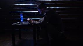 Le pirate informatique drôle comique commet une attaque de cyber avec un ordinateur portable et un revolver en ses mains clips vidéos
