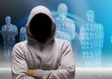 Le pirate informatique gris de pullover avec ses mains s'est plié, fond de personnes de code binaire Photo libre de droits