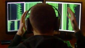Le pirate informatique inquiété et fâché est bouleversé et soumis à une contrainte Système de réseau pénétrant de pirate informat banque de vidéos