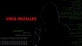 Le pirate informatique masculin a installé le virus sur l'ordinateur portable ennemi, programme informatique malveillant de logic images stock