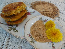 Le pissenlit fleurit des hamburgers Image libre de droits