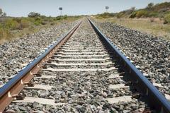 Le piste del treno allungano nella distanza nel lato australiano asciutto del paese Immagine Stock Libera da Diritti