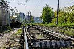 Le piste del treno chiudono il piano le rotaie alle traversine ed alla ramificazione immagini stock