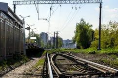 Le piste del treno chiudono il piano le rotaie alle traversine ed alla ramificazione immagine stock libera da diritti