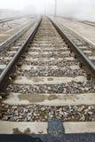 Le piste del treno scompaiono in nebbia 3 Fotografie Stock