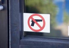 Le pistole, le armi da fuoco e le armi hanno proibito fotografia stock libera da diritti