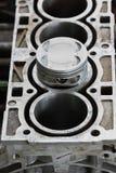 Le piston du moteur ou de la machine, le piston et le Rod Remove pour le contrôle et inspectent, des dommages de machine de l'opé Image libre de droits