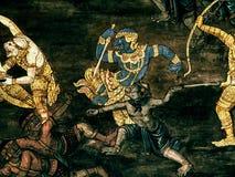 Le pitture murale di Ramayana di, lo straniero combatte i dei e la chimera sulle pareti del palazzo Bangkok, Tailandia di re fotografia stock libera da diritti