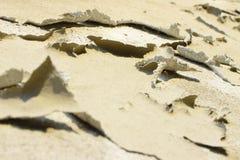 Le plâtre dégradé a roulé sur lui-même dû à l'humidité image libre de droits