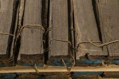 Le placage plaqué de chêne s'est plié dans des piles dans le sous-sol images libres de droits