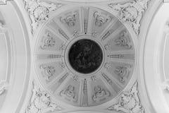 Le plafond décoré sur une église baroque en Italie image stock