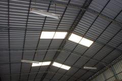 Le plafond d'un entrepôt avec le sport s'allume Image stock