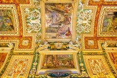 Le plafond dans la galerie géographique des musées de Vatican Photographie stock libre de droits
