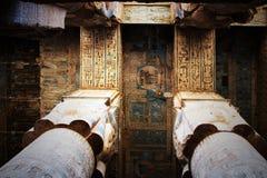 Le plafond dans le temple de Hathor chez Dendera photographie stock libre de droits