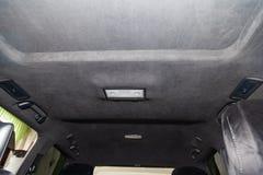 Le plafond de la voiture de SUV tirée par alkantara matériel doux noir dans l'atelier pour accorder et dénommer l'interiorof image stock