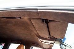 Le plafond de la voiture de SUV tir?e par alkantara mat?riel doux brun dans l'atelier pour accorder et d?nommer l'int?rieur, vue  images stock