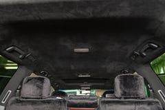 Le plafond de la voiture de SUV tir?e par alkantara mat?riel doux noir dans l'atelier pour accorder et d?nommer l'interiorof photos libres de droits