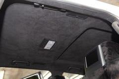 Le plafond de la voiture de SUV tir?e par alkantara mat?riel doux noir dans l'atelier pour accorder et d?nommer l'interiorof photographie stock