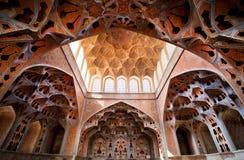 Le plafond et les modèles fantastiques dans des instruments de musique forme dans le palais de Moyen-Orient Image libre de droits