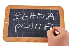 Le plan A a croisé pour écrire le plan B sur une ardoise d'école images libres de droits