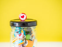 Le plan rapproché à la canne de sucrerie rouge de coeur a mis dessus le dessus du pot en verre Photos libres de droits
