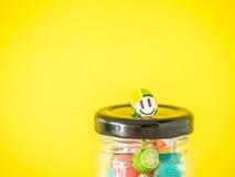 Le plan rapproché à la canne de sucrerie souriante de visage a mis dessus le dessus du pot en verre Photographie stock libre de droits