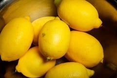 le plan rapproché beaucoup de citrons juteux se situent dans la cuvette en métal photos stock