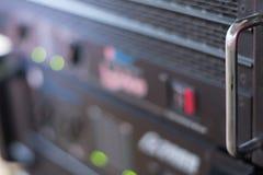 Le plan rapproché a brouillé l'équipement d'amplificateur de foyer avec des glisseurs et des boutons photo stock