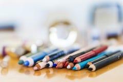 Le plan rapproché crayonne le maquillage Concept de mode de beauté Images libres de droits