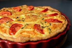 Le plan rapproché a cultivé la photo du tarte classique de la Lorraine de quiche avec le tomat Image libre de droits