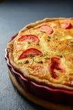 Le plan rapproché a cultivé la photo du tarte classique de la Lorraine de quiche avec le tomat Photographie stock libre de droits