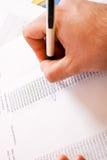 Le plan rapproché d'a équipe le texte de circulation de main Photographie stock libre de droits