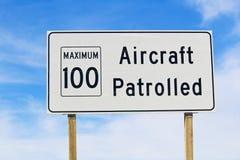 Le plan rapproché d'un avion a patrouillé le signe avec la limite de vitesse maximale Image stock