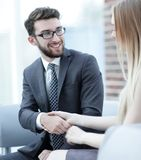 Le plan rapproché d'un directeur serre la main à un client régulier Photos libres de droits