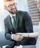 Le plan rapproché d'un directeur serre la main à un client régulier Photographie stock libre de droits