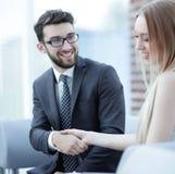 Le plan rapproché d'un directeur serre la main à un client régulier Photo libre de droits