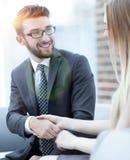 Le plan rapproché d'un directeur serre la main à un client régulier Image libre de droits