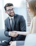 Le plan rapproché d'un directeur serre la main à un client régulier Photo stock