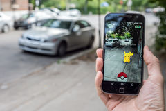 Le plan rapproché d'un homme jouant Pokemon disparaissent photo stock