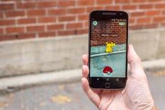 Le plan rapproché d'un homme jouant Pokemon disparaissent Image stock