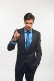 Le plan rapproché d'un jeune homme d'affaires montrant la représentation numérote un photos stock