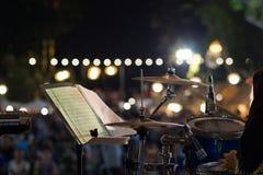 Le plan rapproché d'un tambour musical a placé sur une étape avec un beau bokeh image libre de droits