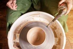 Le plan rapproché d'une femme sculpte le vase à argile photographie stock