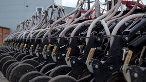 Le plan rapproché d'une partie de machine agricole est perceuse de graine pneumatique banque de vidéos