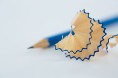 Le plan rapproché de corrigent des copeaux avec des crayons Photographie stock libre de droits