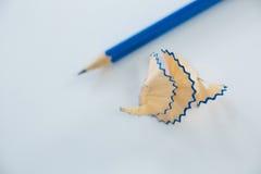 Le plan rapproché de corrigent des copeaux avec des crayons Photos libres de droits